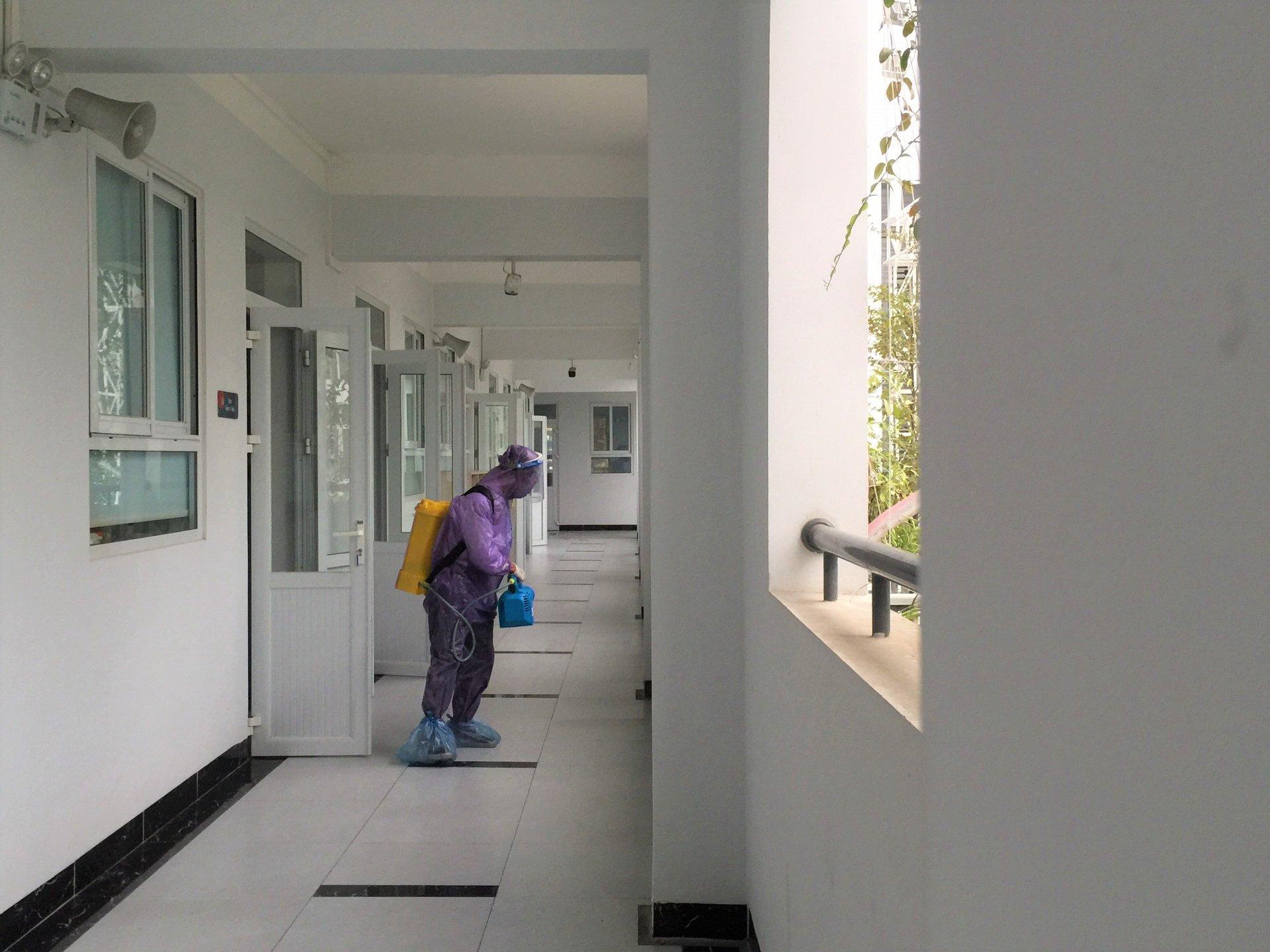 Times School phun thuốc khử khuẩn chống dịch Covid-19